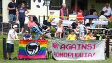 Plakate und Banner vor dem Freundschaftsspiel des FC Mariahild gegen den Vatikan
