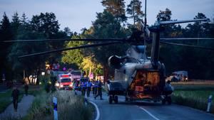 In der Nähe einer der Absturzstellen steht ein Sikorsky CH-53 Transporthubschrauber der Luftwaffe