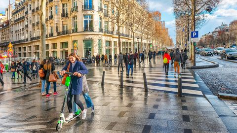 Zwei Personen auf einem Roller und dann auch noch auf dem Gehweg: Ab dem 1. Juli kostet das 135 Euro.