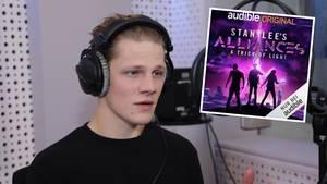 Der 27-jährige Max von der Groeben spricht im Studio das Hörbuch ein