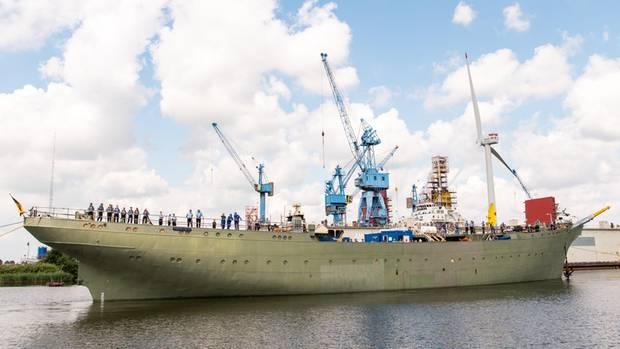 """Das Marine-Segelschulschiff """"Gorch Fock"""" wird aus einem Dock der Bredo-Werft ausgedockt."""