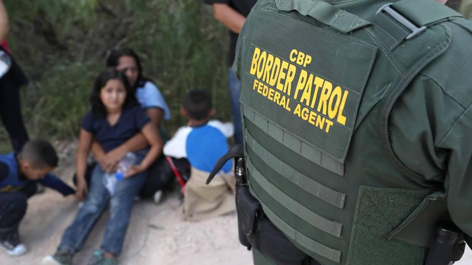 Asylsuchende aus Zentralamerika warten darauf, von der US-Grenzpolizei in Gewahrsam genommen zu werden