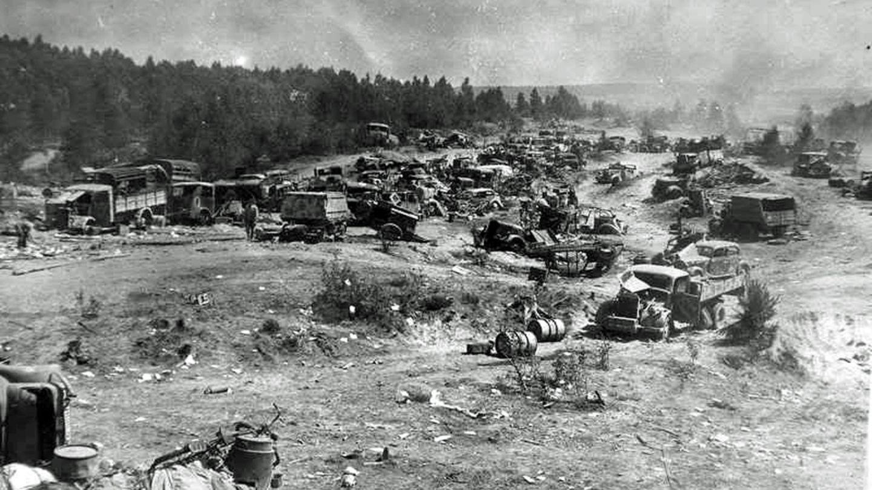 Auf dem Rückzug verlassene deutsche Fahrzeuge.