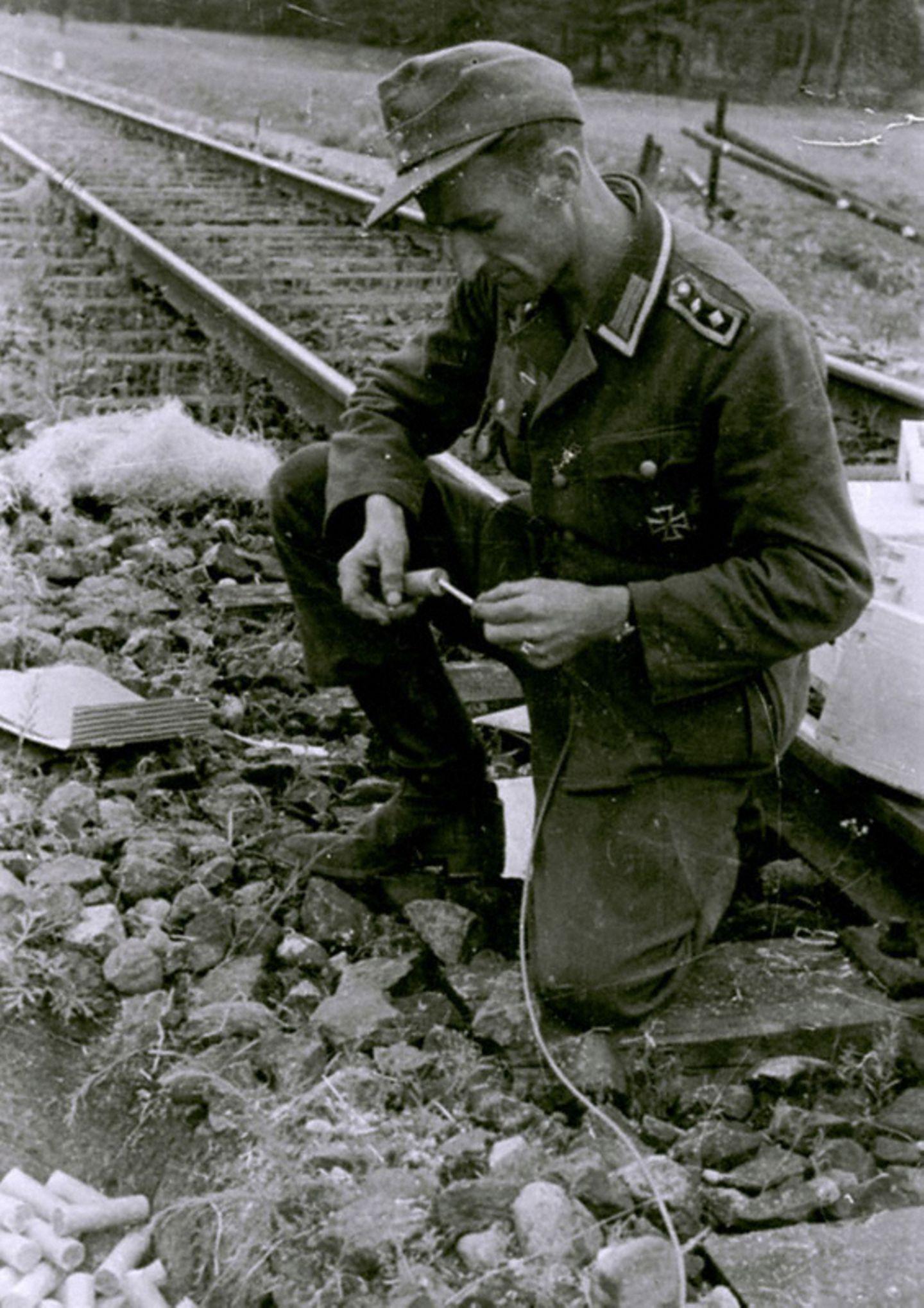"""Auf dem Rückzug sprengten die Deutschen die Eisenbahnen und hinterließen """"verbrannte Erde""""."""