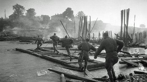Sowjetische Infanteristen bei einer Flussüberquerung.