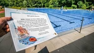 Hitzewelle in Deutschland ein Zettel weist darauf hin, dass das Bad geschlossen bleibt