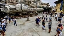 """Anaheim, USA: Besucher stehen vor einem Millennium Falcon im Disneyland Anaheim. Heute ist der erste Tag, an dem man ohne Reservierung in den Themenbereich """"Star Wars: Galaxy's Edge"""" kommt"""