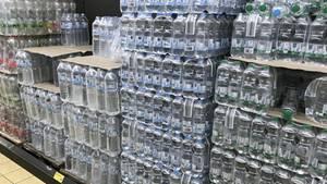 Hitzewelle in Deutschland Plastikflaschen mit Mineralwasser bei einem Discounter