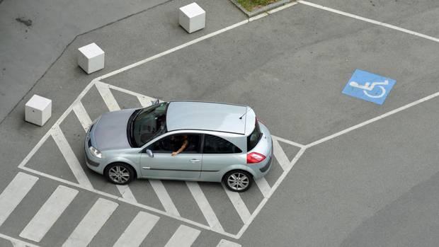 Ein Bild, das sich in Stuttgart häufig bietet: Falschparker