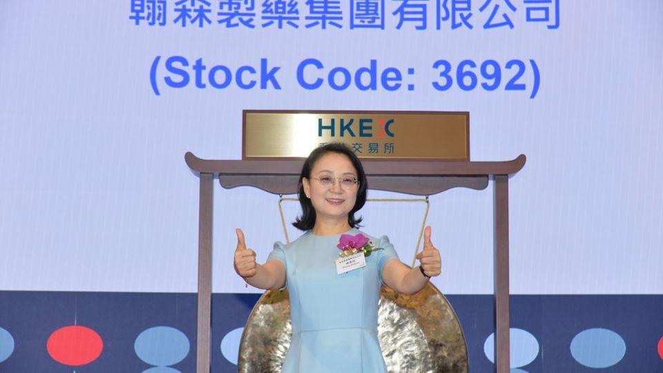 Zhong Huijuan feiert den Börsengang.