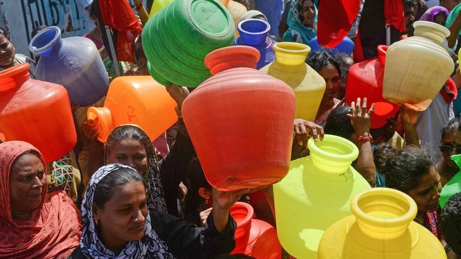 Temperaturen über 40 Grad : In Chennai sind Millionen Menschen ohne Wasser - Regierung will nun Züge einsetzen