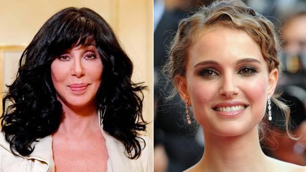 Cher und Natalie Portman lächeln in die Kamera.