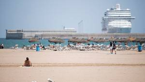 Touristen verbringen den Tag am Strand von Malvarrosain Valencia