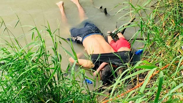 Der Arm des kleinen Mädchens liegt um den Hals seines Vaters.Das Foto löste weltweit Betroffenheit aus.