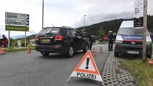Als Maßnahme gegen die Stausund den Ausweichverkehr setzt die Tiroler Landesregierung Fahrverbote gegen den Ausweichverkehr ein