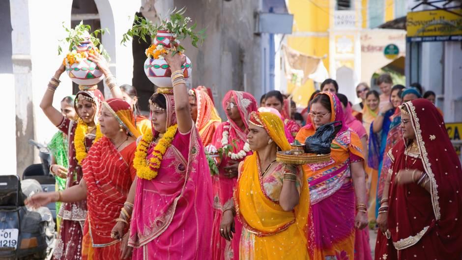 Blumenübergabe auf Hochzeit in Indien