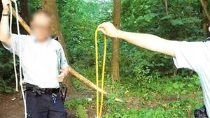 Polizisten zeigen ein Seil, dass einem Mann den Arm durchtrennte