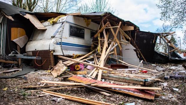 Ein Kinderauto liegt unter dem Trümmern vor der zum Teil bereits abgerissenen Parzelle des mutmaßlichen Täters