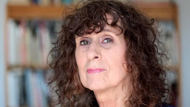 Franziska Berg, eine Frau mit dunklen Locken, in ihrer Wohnung