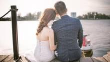 Ein Hochzeitspaar am Seeufer