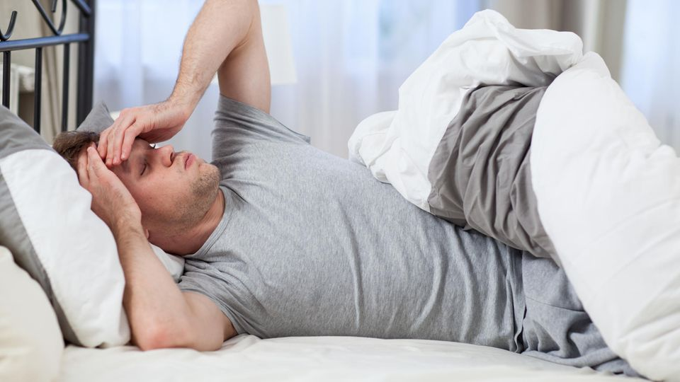Schlafen bei Hitze - Mann wacht nach kurzer Nacht auf