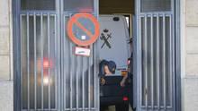 Ein Polizeiwagen mit dem wegen Drogenhandels verhafteten Mann