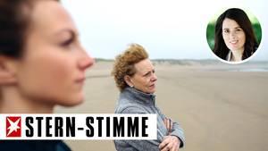 Eine Frau und ihre Mutter stehen am Strand
