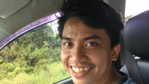 Umweltaktivist Paulinus Kristianto (u.) kämpft für den Regenwald, um Tiere zu schützen. Mit seiner Umweltschutzorganisation CAN Borneo schult er Kleinbauern, pflanzt neue Bäume und ist dringend auf Spenden angewiesen (canborneo.id).