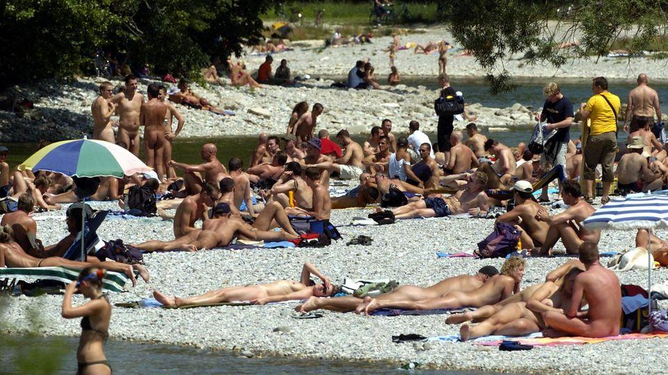Nacktbadende am Isar-Ufer in München