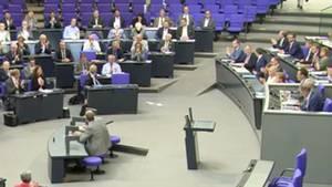Ein Mann hält eine Rede im Bundestag.