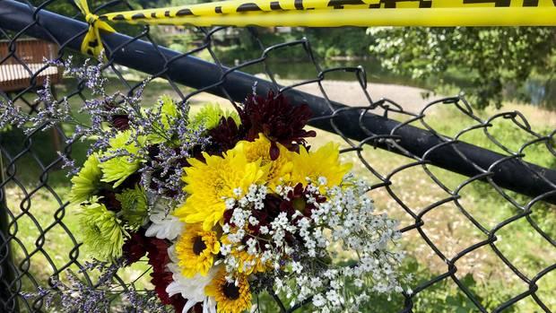 Anwohner haben Blumen an dem Unfallort in Washougal, US-Bundesstaat Washington, hinterlassen
