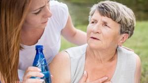 Hitze: Eine ältere Frau hat Kreislaufbeschwerden
