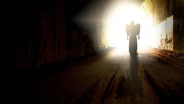Frau im Tunnel, die aussieht wie ein Engel