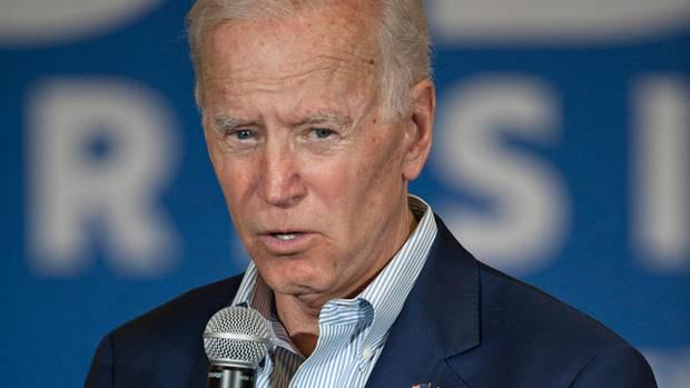 """Niemand im Kandidatenfeld ist so erfahren wie der 76-jährige Joe Biden. Zwei Mal ist er schon angetreten. Er war acht Jahre Vizepräsident unter Obama, gehört zu den beliebtesten Politikern der Demokraten, gilt als hemdsärmelig und genießt einen guten Ruf unter Arbeitern. Biden ist der Kandidat der Mitte. Allerdings ist die Partei nach links gerückt, viele halten ihn auch für zu alt.Sein Ziel:""""Make America America again""""– Amerika zu versöhnen und das Ansehen in der Welt wiederherzustellen."""