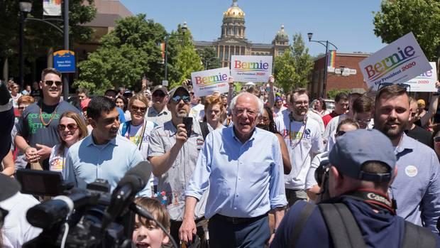 Bernie Sanders ist immer noch da oder schon wieder, und wie bereits 2016 nervt er nicht nur seine Gegner, sondern auch die Demokraten. Die macht er für den Aufstieg Trumps mitverantwortlich. Senator in Vermont, bekennender Sozialist. Eigenwillig und charakterstark, manche sagen: stur. Obwohl mittlerweile 77, kommt auf seinen Messen immer noch Revolutionsromantik auf. Die jungen Linken stehen auf ihn. Sein Ziel: Weniger Macht den Eliten, Krankenversicherung für alle, kostenloses Studium.