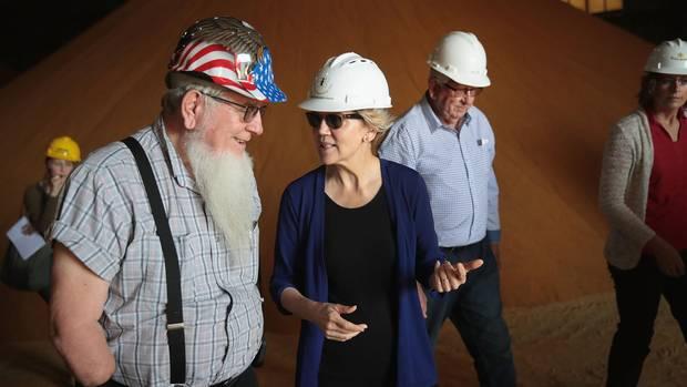 Elizabeth Warren positioniert sich als Champion der Mittelklasse, hier beim Besuch einer Ethanolfabrik in Iowa