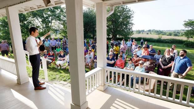 Pete Buttigieg spricht bei einer Gartenparty. Diese Treffen stehen für die Kandidaten oft am Anfang ihres Wahlkampfes.