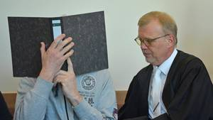 Lügde-Prozess: Angeklagter Andreas V. mit seinem Anwalt