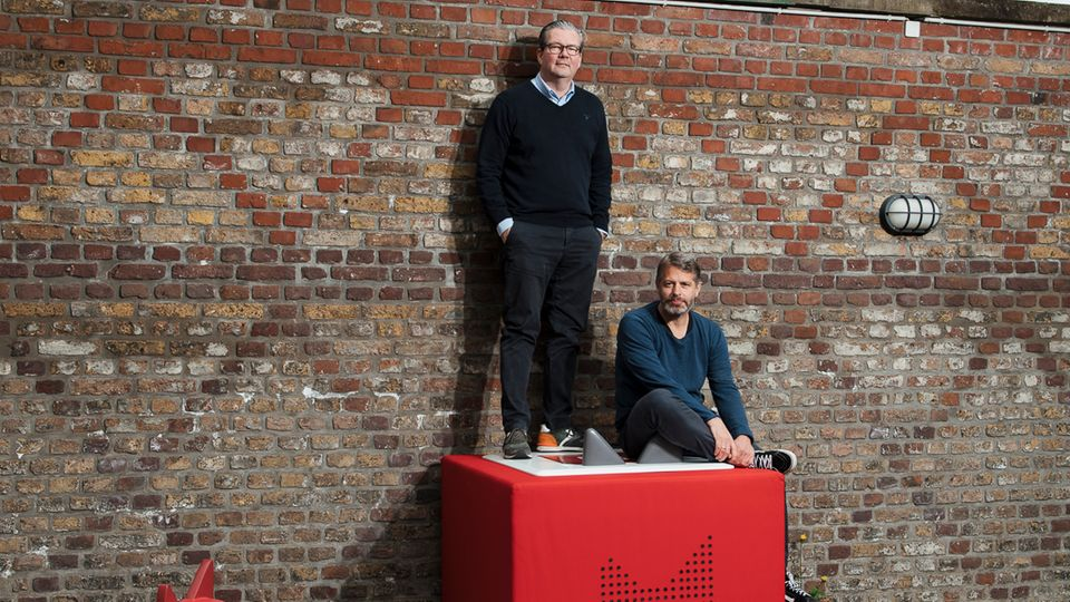 Sie haben die CD aus den Kinderzimmern geschmissen: Marcus Stahl und Patric Faßbender, die Gründer von Boxine, auf einem vergrößerten Tonie-Abspielgerät