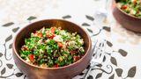 Das beliebte libanesische Gericht Tabouleh eignet sich perfekt als leckere Salat-Alternative im Sommer. Viel Petersilie, duftende Minze und Tomaten bilden die Basis für dieses tolle Rezept. Hier geht's zur Zubereitung.