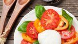 Insalata capreseist ein italienischer Vorspeisensalat, der aus Mozzarella, Tomaten und Basilikum besteht. Wegen seiner Farben - Rot, Weiß und Grün, die der Flagge Italiens entsprechen - gilt er als Nationalgericht. An deninsalata capresegehört eigentlich nicht viel - außer Olivenöl und Salz. Woran Sie einen guten Italiener erkennen, erfahren Sie hier.