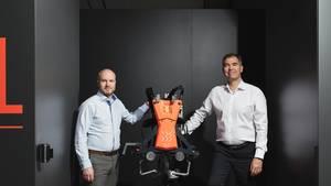 Muskelkraft zum Umschnallen: Armin Schmidt und Peter Heiligensetzer (v.l.), die Gründer von German Bionic Systems, mit dem von ihnen entwickelten Exoskelett