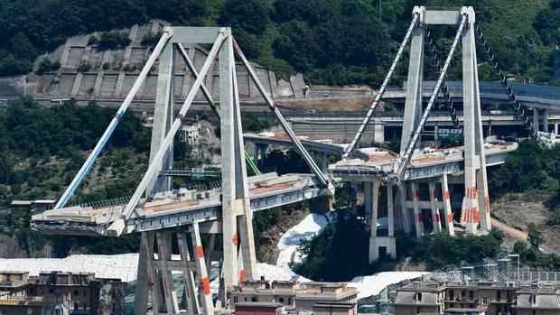 Genua, Italien.Zwei verbleibende Pfeiler der Unglücksbrücke in Genua werden gesprengt. Zehn Monate nach dem Einsturz der Brücke im August 2018, mit 43 Todesopfern, sind die Abrissarbeiten in vollem Gange - auch mit dem Bau der neuen Brücke ist nun offiziell begonnen worden.