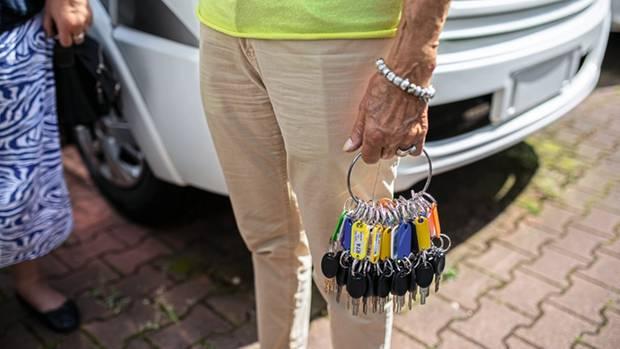 Maria Dhonau hält die Schlüssel zu Millionenwerten in der Hand