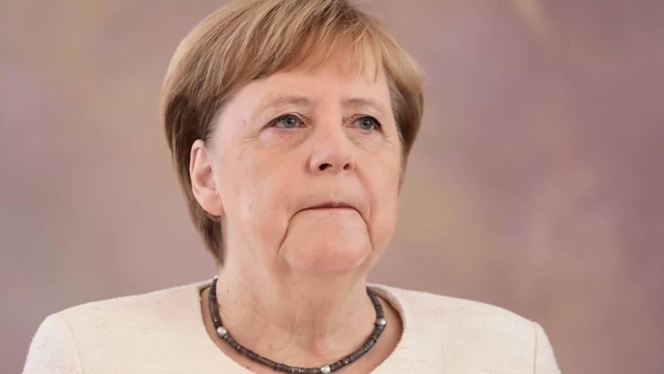 Angela Merkel, wie sie unzufrieden schaut.