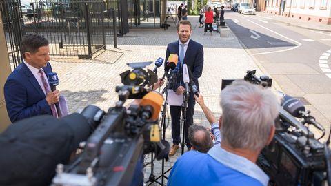 Markus Schmitt, Sprecher der Bundesanwaltschaft, spricht vor dem Bundesgerichtshof zu Journalisten