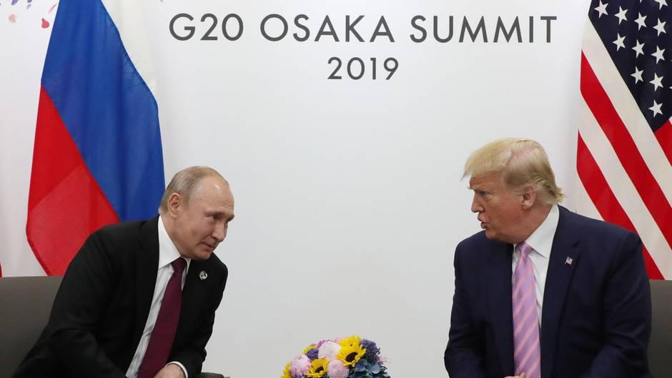 US-Präsident Donald Trump (r.) gibt dem russischen Präsidenten Wladimir Putin zum G20-Auftakt einen Rat