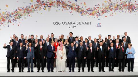Japan, Osaka: Die Teilnehmer des G20-Gipfels stehen beim Gruppenbild zum Start des G20-Gipfels zusammen