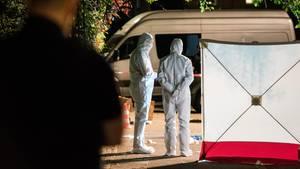Polizisten in Schutzanzügen untersuchen den Tatort in Lohbrügge