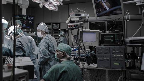 Ärzte im OP-Saal eines Krankenhauses